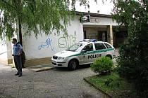 Bývalé kino v Dobříši si čas od času vyžádá policejní zásah. Snímek pochází z roku 2008, kdy uvnitř napadl bezdomovec strážníky nožem.