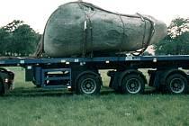 Tento kámen o váze 5 tun se pokoušel z obce kdosi odvézt
