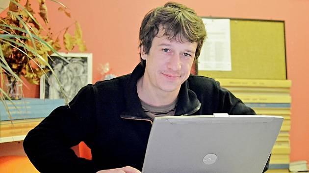 Herec Martin Kraus v redakci Příbramského deníku.