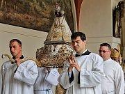 Oslavy korunovace milostné sošky Panny Marie vyvrcholily nedělním průvodem.