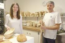 ALENA Kramešová vystudovala ekonomiku na Báňské univerzitě v Ostravě, manžel David je absolventem gymnázia. Je technicky založen a v pekárně se věnuje hlavně tomu, aby vše fungovalo.