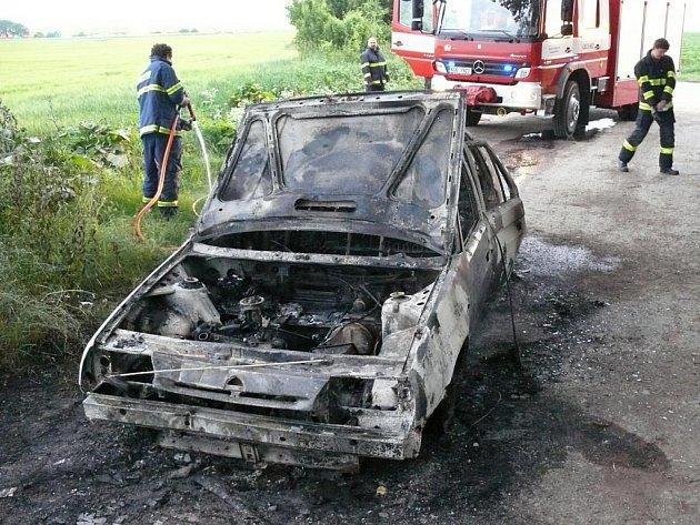Automobil, který shořel u osady Kozinec.