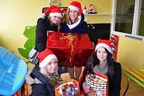 Studentky příbramské průmyslové školy uspořádaly sbírku pro děti.