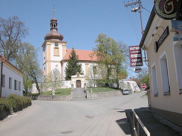 Klučenice. Kostel je okrasou obce.