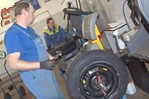 Čekací doba na výměnu letních pneumatik za zimní trvá přibližně jeden týden.