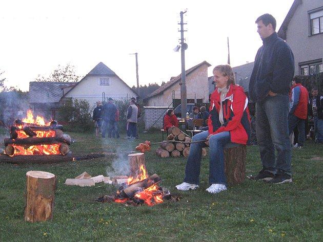Ohně se o filipojakubské noci rozhořely ve většině měst a obcí na Příbramsku. Snímek je z Bukové u Rožmitálu.