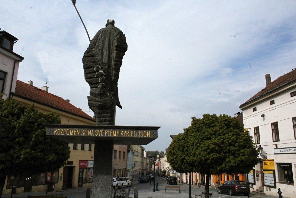 Kvůli vandalům přišel o svůj praporec i sv. Václav na Václavském náměstí v Příbrami. Na snímku ještě s ním.