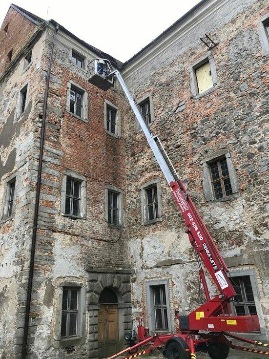 Dobrovolníci pořádají na zámku v Rožmitále pod Třemšínem pravidelné brigády.