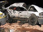 Řidič bílého BMW srážku s dodávkou nepřežil.