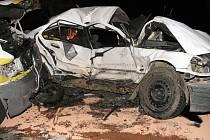 Havarovaný vůz značky BMW, který řídil mladý muž a jenž kvůli vysoké rychlosti narazil v protisměru do dodávky.