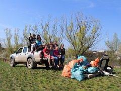 Děti z druhého stupně ze ZŠ Lidická letos znovu spolu s rybáři uklízely odpadky z okolí rybníka Papeže.