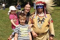 Mezi děti přijel do Kozárovic i indiánský náčelník a také známá moderátorka Michaela Jílková.