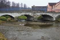 Most na silnici I/19 přes Mlýnský potok v Počaplech.