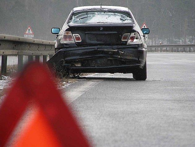 Dopravní nehoda několika aut u obce Voznice na Dobříšsku
