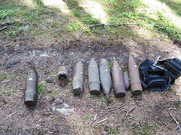 Vojenští pyrotechnici likvidovali ve středu nalezenou munici. Za Obecnicí byly dělostřelecké granáty. Vojáci upozorňují náhodné nálezce na snímcích zobrazených granátů, aby s nimi nemanipulovali. Jedná se totiž o velmi nebezpečnou munici.