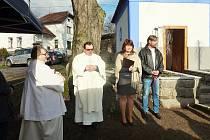 Obřad svěcení sloužil z pověření českobudějovického biskupa hvožďanský pan farář páter Jan Kuník. Slova se ujala také starostka obce Markéta Balková (na snímku s místostarostou Hvožďan Michalem Zdeňkem).
