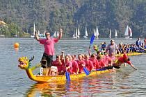 Čtvrtého ročníku závodu dračích lodí se zúčastnilo 35 smíšených a 11 ryze ženských posádek. Na závody přijeli i Ševci z Nového Knína.