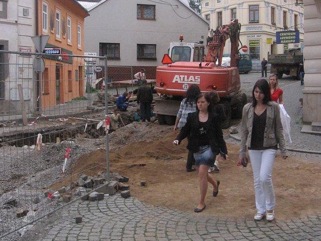 Stavba kanalizace znemožnila průjezd také ulicí Mariánské údolí