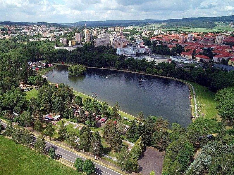 Areál přírodního koupaliště Nový rybník v Příbrami.
