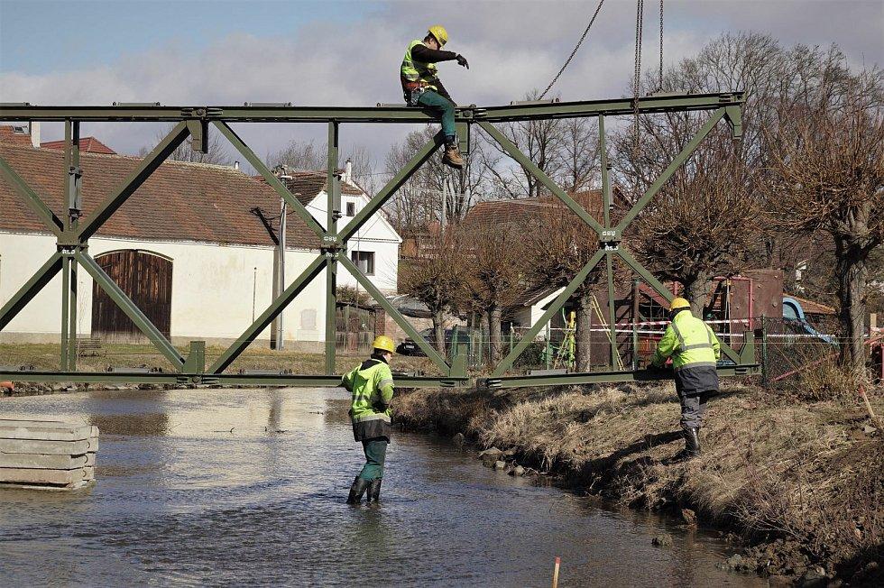 Demolice nevyhovujícího mostu v Počaplech.