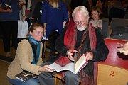 Slavný americký spisovatel v rámci svého letošního turné navštíví devadesát měst a svým obdivovatelům podepíše tisíce knih. Svoji novou knihu Opravář osudů představil i na Příbramsku.