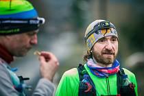 Na trati dlouhé 132 kilometrů přes brdské vrcholy od páteční půlnoci do nedělního poledne závodilo několik desítek běžců.