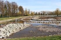Stavba litorálního pásma v areálu Nového rybníka v Příbrami.