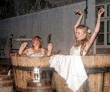 Kdo ještě neviděl Maryšku a paní hostinskou koupající se v pivovarském sudu, pana De Giorgiho skákajícího z komína či Francina na prskajícím motocyklu, má poslední příležitost v pátek 25. srpna v Mníšku pod Brdy.