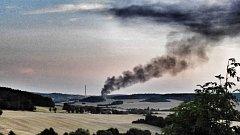 Požár výrobní haly areálu Ravak je vidět z velké dálky.
