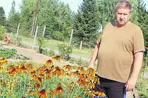 ZAHRÁDKY U BANÍKU BEZ VODY. Na jedné z nich Eduard Měrka mezi usychajícími květinami.