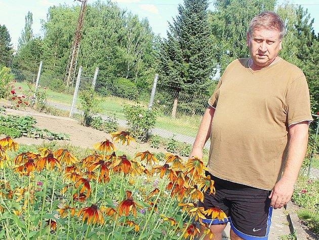 ZAHRÁDKY UBANÍKU BEZ VODY. Na jedné znich Eduard Měrka mezi usychajícími květinami.
