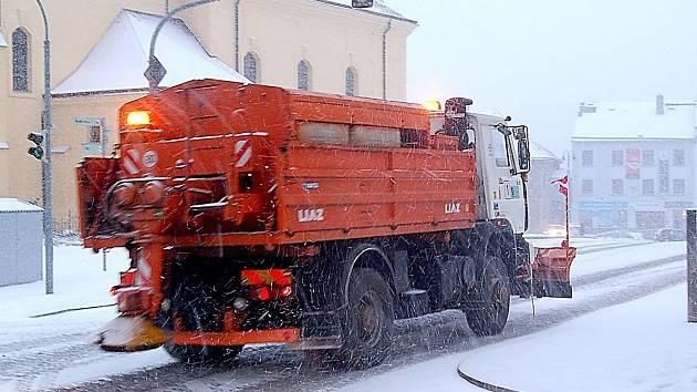 Všechny vozy na úklid sněhu Technických služeb města Příbrami vyjely do ulic.
