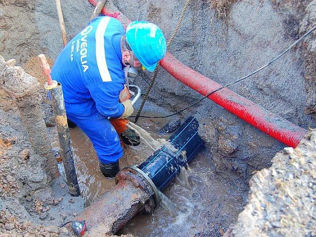 Oprava prasklého vodovodu.