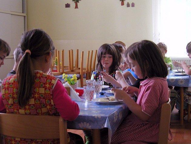 V případě zavření kuchyně ve školce by děti k obědu dostávali dovezené jídlo