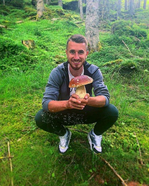 Fotbalista Dominik Mašek na houbách.
