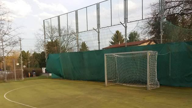 Víceúčelové hřiště nabízí možnost hry nohejbalu, basketballu, házené, volejbalu nebo malé kopané.