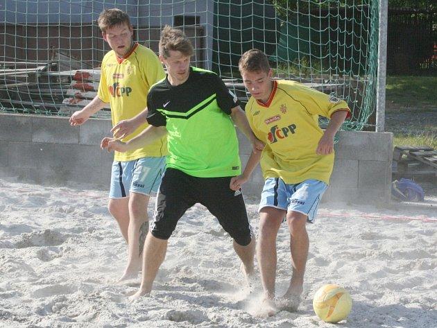 Z utkání příbramské ligy plážového fotbalu: Ponožky v sandálech - Bombarďáci Dolní Hbity.