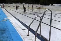 Příprava venkovního bazénu v Příbrami na novou sezonu.