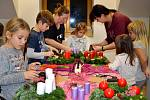 Tvořivky s Markétou. Děti se k této činnosti sešly ve čtvrtek 22. listopadu 2018 v klubovně Společenského centra Josefa Slavíka v Jincích.