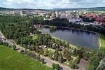 Areál přírodního koupaliště Nový rybník. V červnu na tomto místě proběhly také velké oslavy 800. výročí města.
