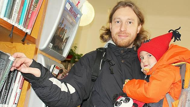 Martin Patera s malou Eliškou v Knihovně Jana Drdy.