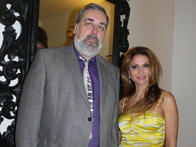 Ředitel Kulturního domu Josefa Suka v Sedlčanech s Yvettou Blanarovičovou.