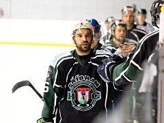 Hokejisté Příbrami se takhle radovali ve Slaném, ale i o dva později doma s Popovicemi