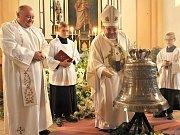 Svěcení zvonu v Krásné Hoře kardinálem Dominikem Dukou.