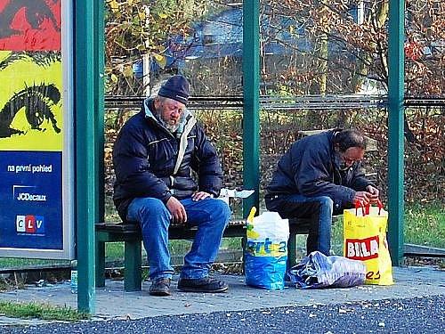 V teplejších dnes poskytují bezdomovcům útočiště autobusové zastávky