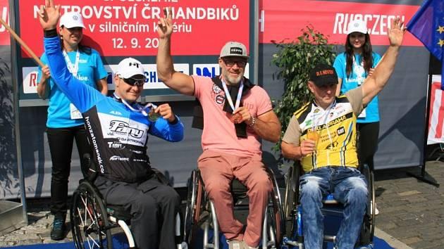 Trojice nejlepších v MČR hanbikerů v silničním kritériu - zleva: Tománek, Antal a Mošnička.