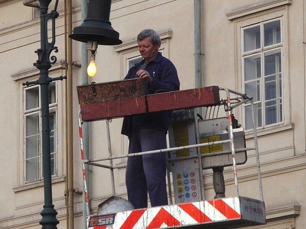 Technici opravovali jednu z městských lamp v Hailově ulici v Příbrami.