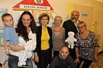 Členové příbramského Kiwanis klubu s předsedkyní spolku Radost Příbramáčkům Janou Havelkovou Puklovou (vlevo) a hercem a zpěvákem Vojtou Záveským alias Vojtaanem při návštěvě v příbramské nemocnici.