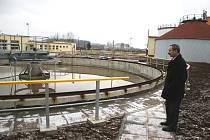 Nádrž, ve které dochází k prvotnímu usazování nečistot. Odpadní voda odtud vytéká do obou částí čistírny.