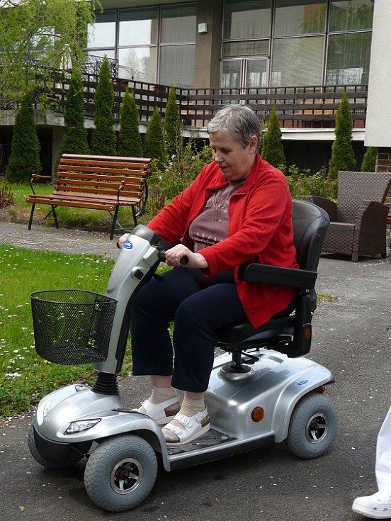 Senioři v Sedlčanech si vyzkoušeli nový skútr. Odvážnou první řidičkou byla Taťjána Nyklová.